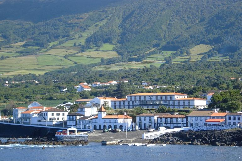Casas e rampa do porto de pesca de S. Roque, na ilha do Pico, Açores (imagem João Gonçalves)