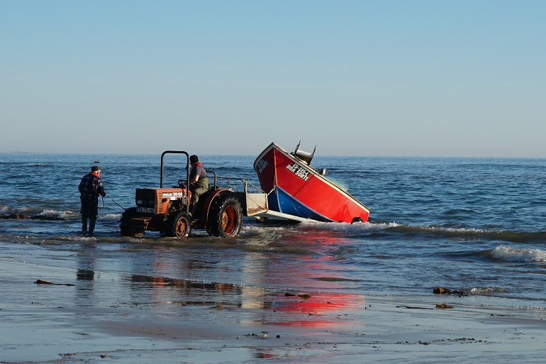 Recolha da embarcação BOA SORTE, na praia de Esposende. (imagem de Ben Bois)