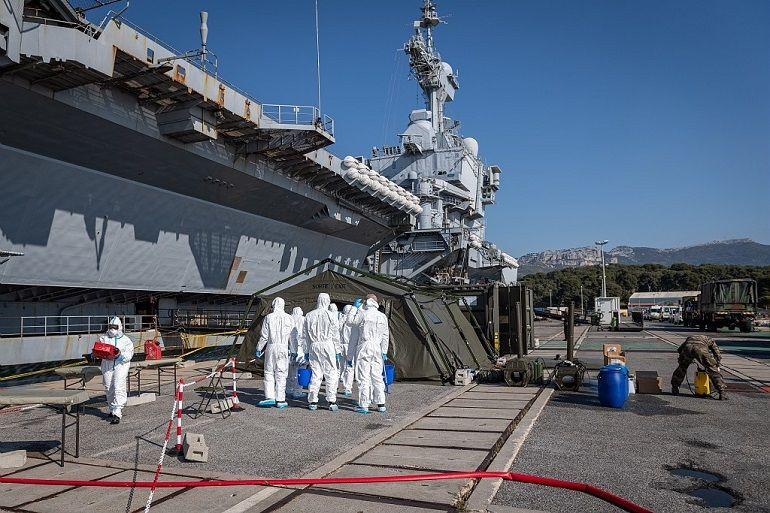 Equipas de descontaminação junto ao PA CHARLES DE GAULLE, na base de Toulon (imagem Marine Nationale)