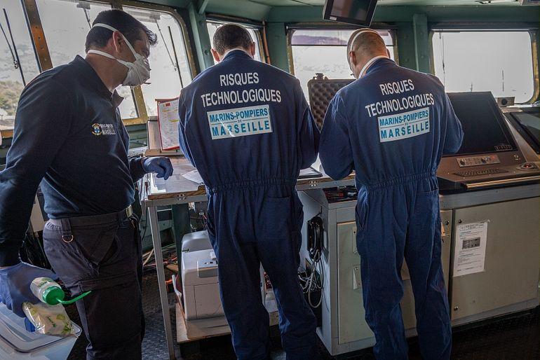Equipas especializadas em desinfeção do Batalhão de Marinheiros-Bombeiros de Marselha (1) procedem à verificação da descontaminação no CHARLES DE GAULLE (imagem Marine Nationale)