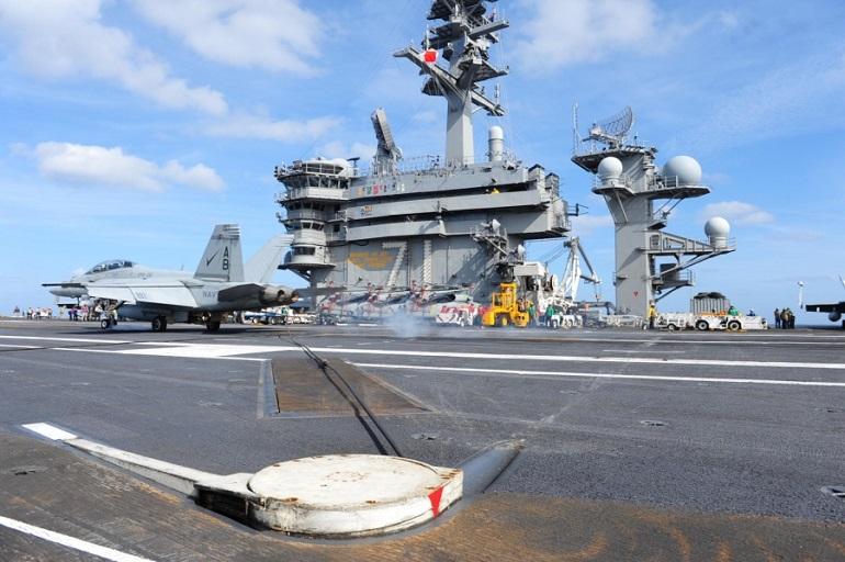Um F-18 aterra no USS THEODORE ROOSEVELT (imagem US Navy Taylor L. Jackson)