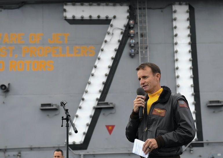 Capt. Brett Crozier fala à sua guarnição, no convés de voo do porta-aviões USS THEODORE ROOSEVELT (imagem US Navy)