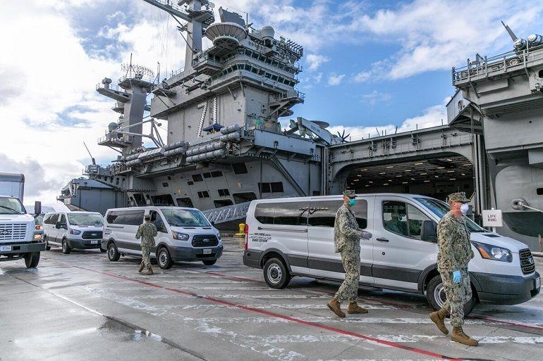 O porta-aviões USS THEODORE ROOSEVELT atracado em Guam na sequência da emergência do surto a bordo de COVID-19 (imagem US Navy Matthew White)