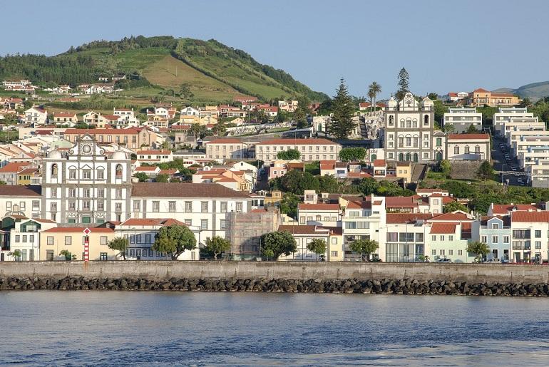 A cidade da Horta, sede do DOP e da OKEANOS da FCT da UAc (imagem de jacqueline macou por Pixabay)