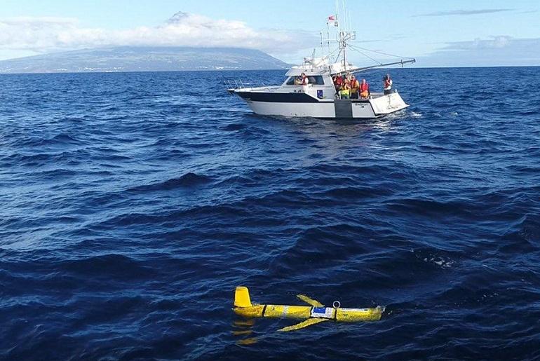 A embarcação pesquisas da Universidade dos Açores, RV ÁGUAS VIVAS, e o UUV Slocum na costa sul da Ilha do Faial no dia 23 de Outubro de 2019 (Fonte Luís Sebastião – ISTISR-Lisboa)