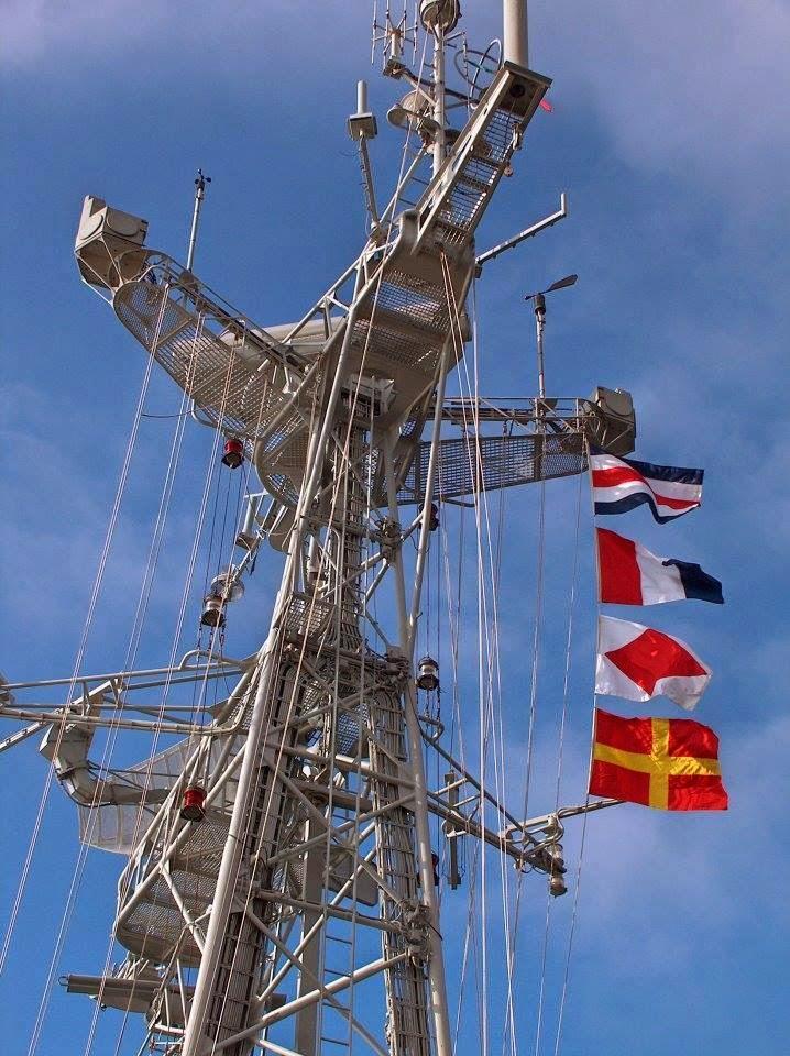 Bandeiras do Código Internacional de Sinais, CHARLIE TANGO FOXTROT ROMEO içadas na verga de sinais, mostram o indicativo visual do NRP JOÃO BELO. O Capitão-de-fragata Nuno Vieira Matias comandou a FRABELO entre 1981 e 1983