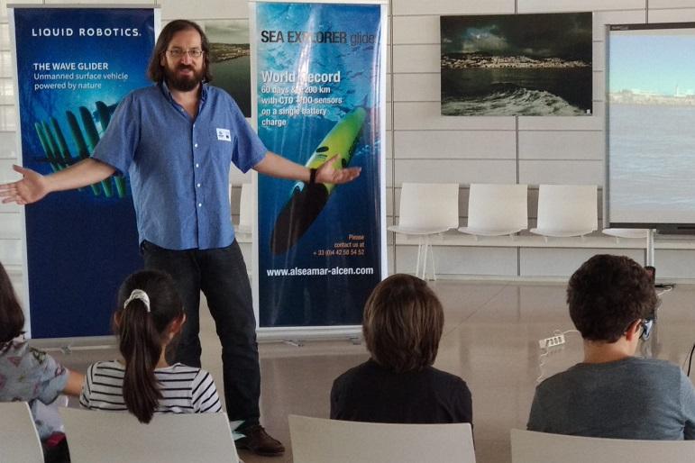 Francisco Campuzano, Project Manager do iFADO, fala a uma plateia de estudantes faialenses (imagem OMA)