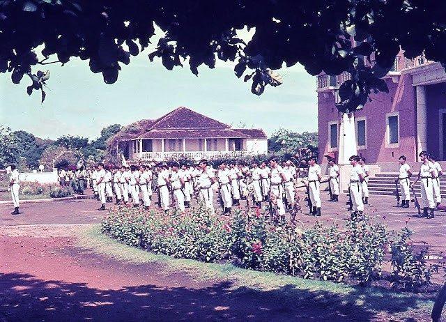 Fuzileiros especiais formados em frente ao palácio do governador, em Bissau, em junho de 1969(imagem de Virgílio Teixeira, blog Luís Graça e camaradas da Guiné)