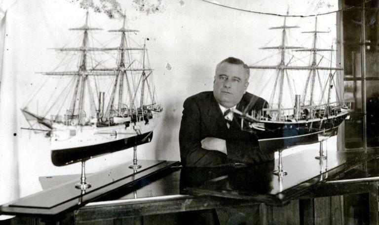 Henrique Maufroy de Seixas rodeado por alguns dos seus modelos de navios. (imagem MM)