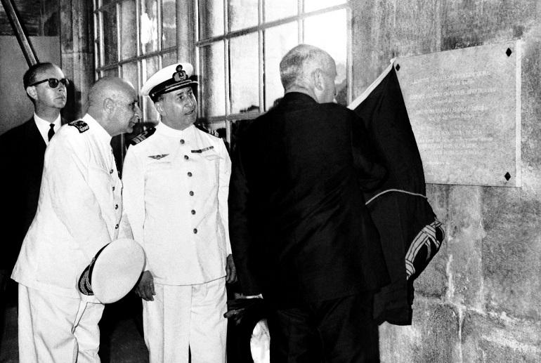 O Ministro da Marinha, Contra-almirante Quintanilha e Mendonça Dias, o Diretor do Museu e o Presidente da República, Almirante Américo Tomás, na inauguração das instalações nos Jerónimos, no dia 15 de Agosto de 1962 (imagem CCM Marinha)