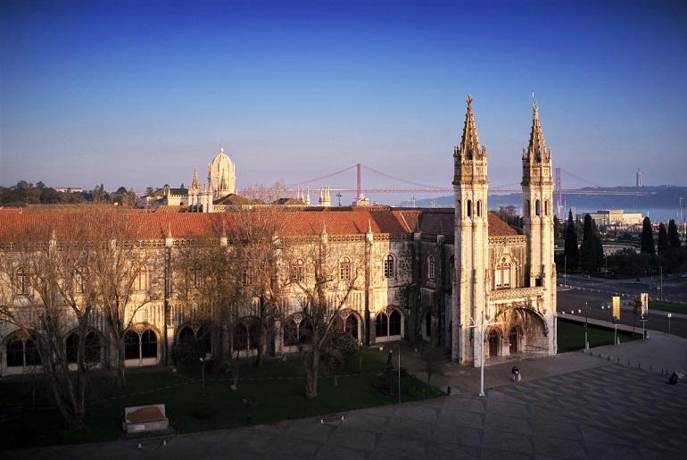 O Museu de Marinha de lisboa, vendo-se a entrada e a ala poente, inseridas no conjunto arquitetónico manuelino do Mosteiro dos Jerónimos (imagem MM)