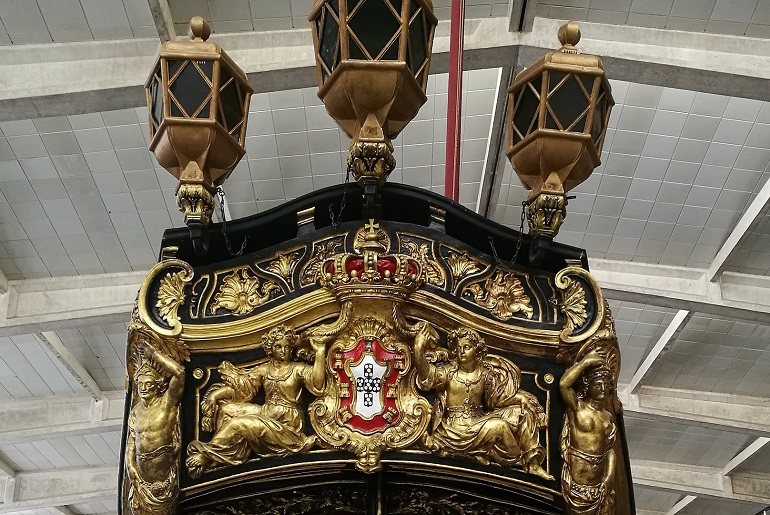 O magnífico painel de popa do Bergantim Real. Vale a pena parar uns bons minutos para admirar esta obra de arte. (imagem João Gonçalves)
