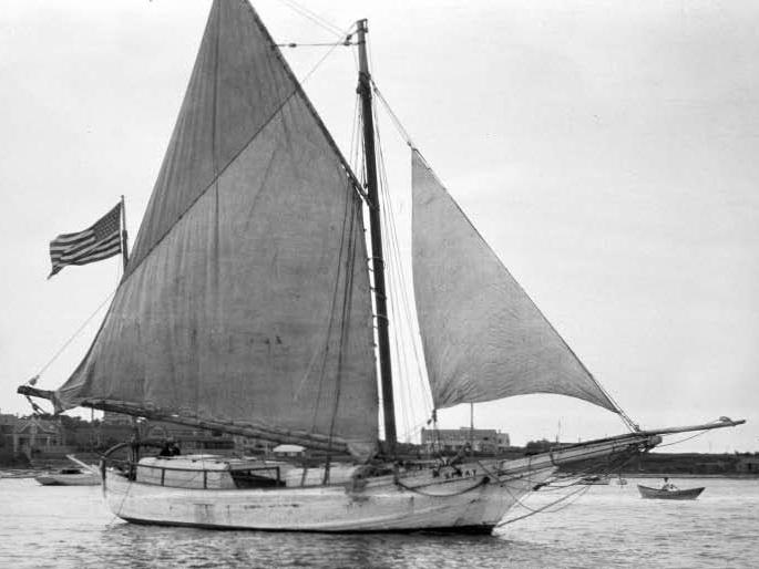 A chalupa SPRAY, de 11,20 metros de comprimento, que Joshua Slocum adaptou para solitário. Foto tirada em 1898 (fonte Wikimedia commons)