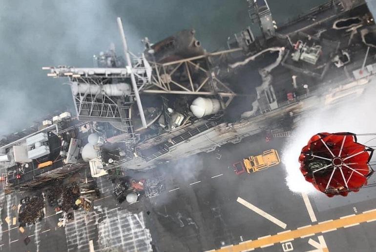 Esta imagem à vertical de bordo dum SH-60, revela os terríveis danos nas superestruturas do USS BONHOMME RICHARD (LHD-6) (imagem US Navy)