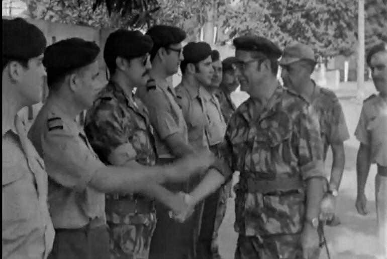 O General Francisco da Costa Gomes, Chefe do Estado-Maior-General das Forças Armadas (CEMGFA), acompanhado pelo General António de Spínola, durante a visita à Guiné, em janeiro de 1973 (imagem do arquivo RTP)
