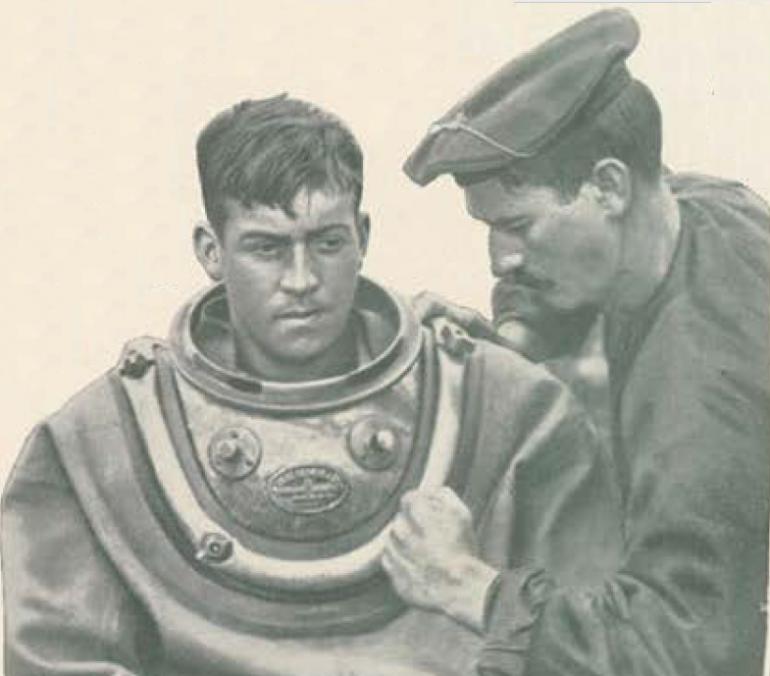 """A bordo do NRP S. GABRIEL, um marinheiro ajusta o colar do escafandro clássico semi-autónomo de circuito aberto """"SIEBE GORMAN"""", numa missão de salvamento marítimo . (foto de Joshua Benoliel, Revista """"Ilustração Portuguesa"""", 26 de setembro de 1910)"""
