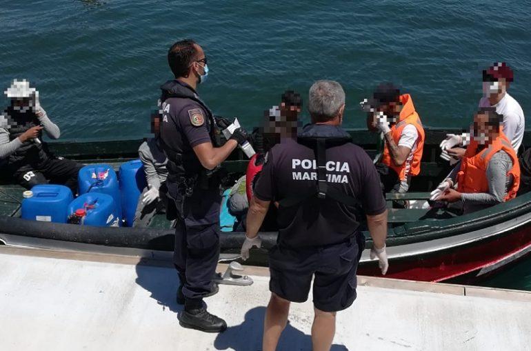 Agentes da Polícia Marítima abordam os migrantes marroquinos no dia 16 de junho, no cais da Estação Salva-Vidas de Olhão (imagem AMN)