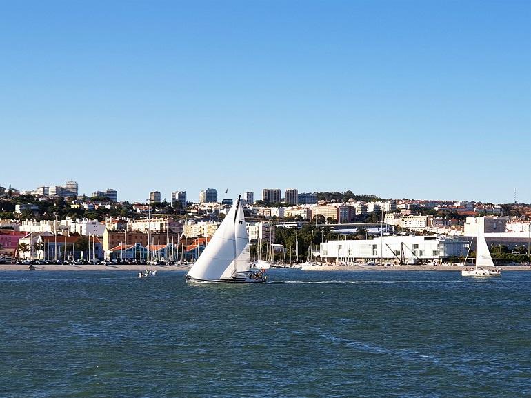 Barcos de recreio a navegar no rio Tejo, frente à doca do Bom Sucesso, no Porto de Lisboa (imagem João Gonçalves)
