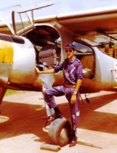António Martins de Matos, então Tenente Pilav, junto a uma Dornier DO-27, na BA12, Bissalanca, 1973 (foto gentilmente cedida por Luís Graça do blog Luís Graça & Camaradas da Guiné)