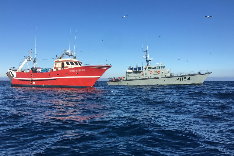 O NRP HIDRA durante uma ação de fiscalização da pesca. (imagem MGP)
