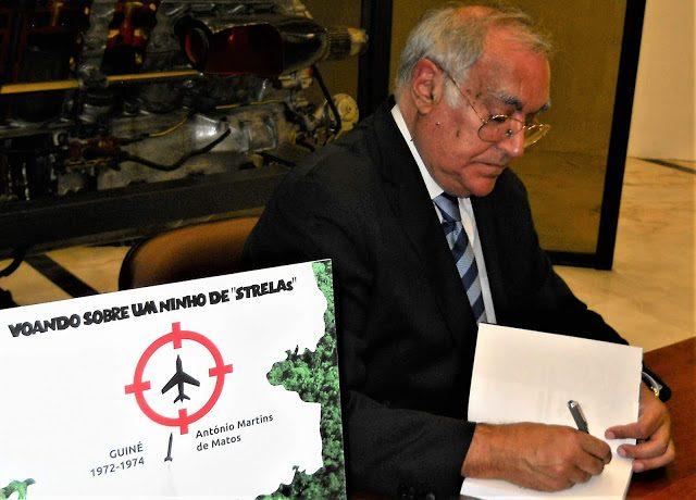 O TGen Pilav Martins de Matos autografando o livro, durante a sessão de apresentação da 1ªedição, em novembro de 2018 (foto gentilmente cedida por Luís Graça do blog Luís Graça & Camaradas da Guiné)