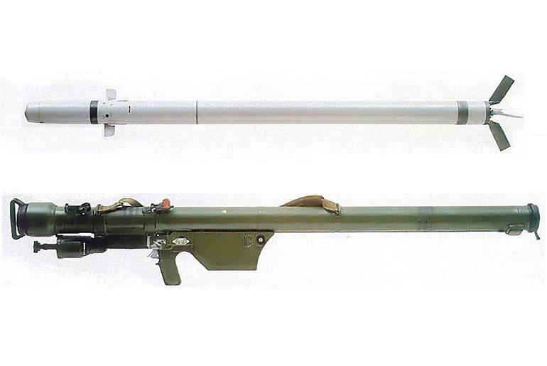 """O míssil terra-ar 9К32 """"Cтрела-2"""" ou Strela-2, e o seu lançador portátil. O nome de código OTAN deste míssil era SA-7 GRAIL. (imagem US Navy)"""