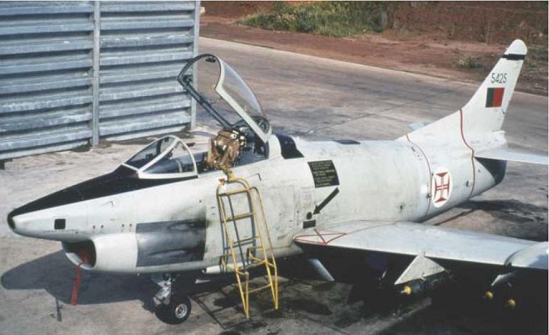 """Um avião Fiat G.91 R/4 da esquadra 121 """"Tigres de Bissalanca"""", estacionado na BA.12 (imagem TGen José Fernandes Nico, via Mais Alto)"""