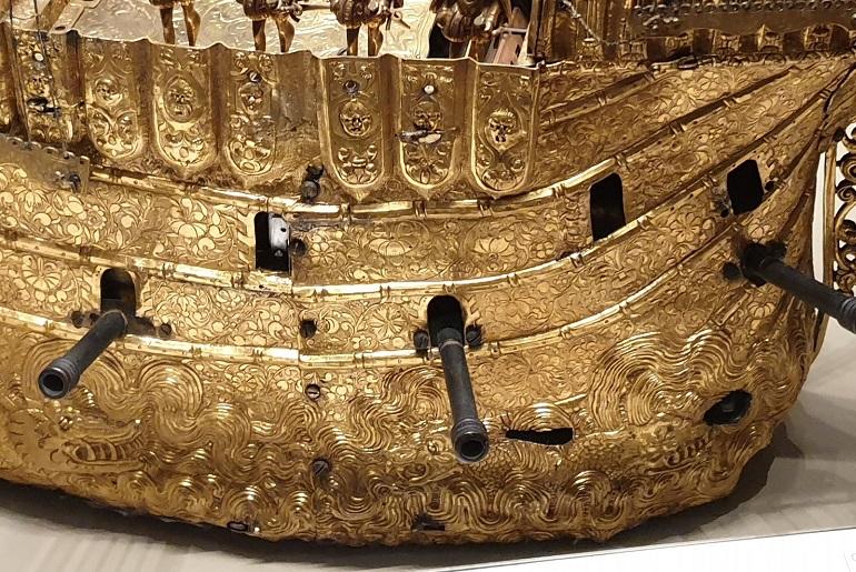 O casco, em latão dourado, era todo ornamentado com desenhos do mar e dos montros marinhos, conforme se conceptualizava na época (imagem de João Gonçalves)
