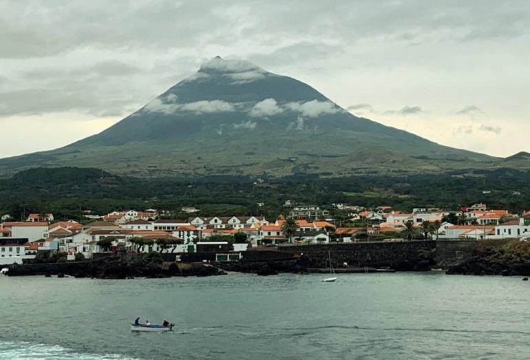 À medida que aumentava a velocidade e deixávamos para trás a linda ilha do Pico (imagem FF)