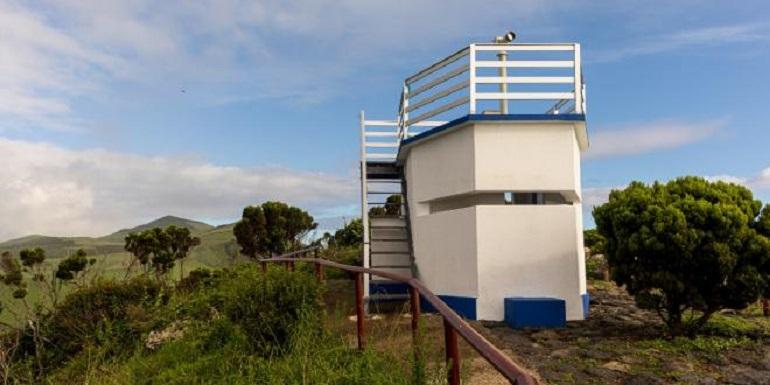 Em terra, a partir de uma torre de observação, uma vigia da baleia, ia vasculhando os mares e transmitindo informações (imagem visit azores)