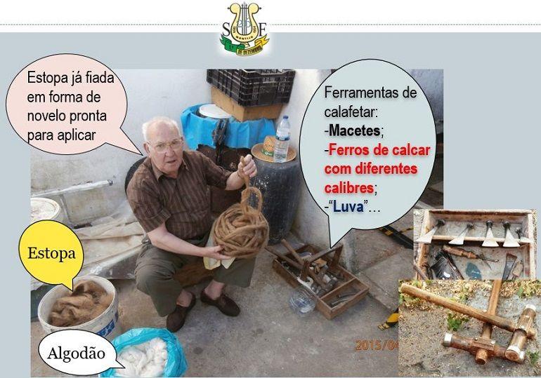 O calafate, Sr. Jacinto Almeida (1933-2019) com a estopa pronta e a ferramenta para iniciar o seu trabalho (imagem Eng. Rui Nunes)
