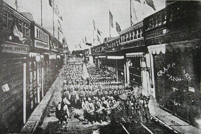 Desfile do exército chileno pelas ruas da capital do Perú, Lima (1881) Album Grafico Y Militar de Chile. Campaña Del Pacifico (imagem de Eduardo Clifford Spencer)