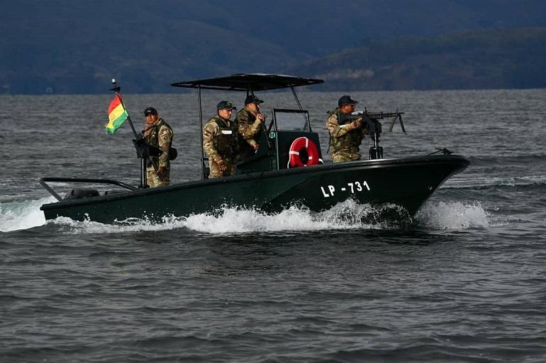 Fuzileiros da Armada Boliviana numa lancha de patrulha ribeirinha (Armada Boliviana)