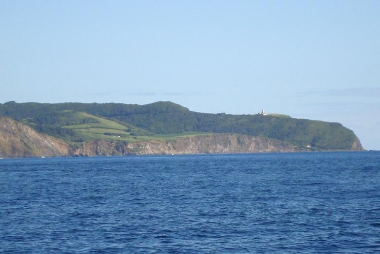 Já mais próximos da costa, passámos pela linda praia de Almoxarife (imagem Geoparque Açores)