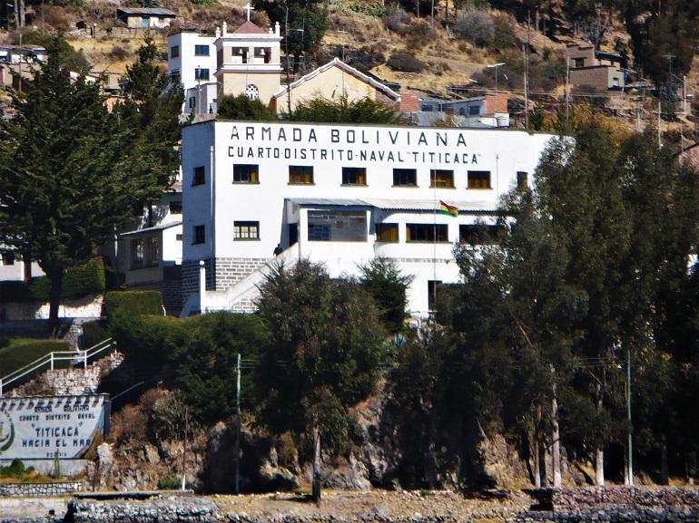Edifício do Comando do Quarto Distrito Naval, Lago Tticaca, cujo lema é Hacia el Mar (imagem Armada Boliviana)