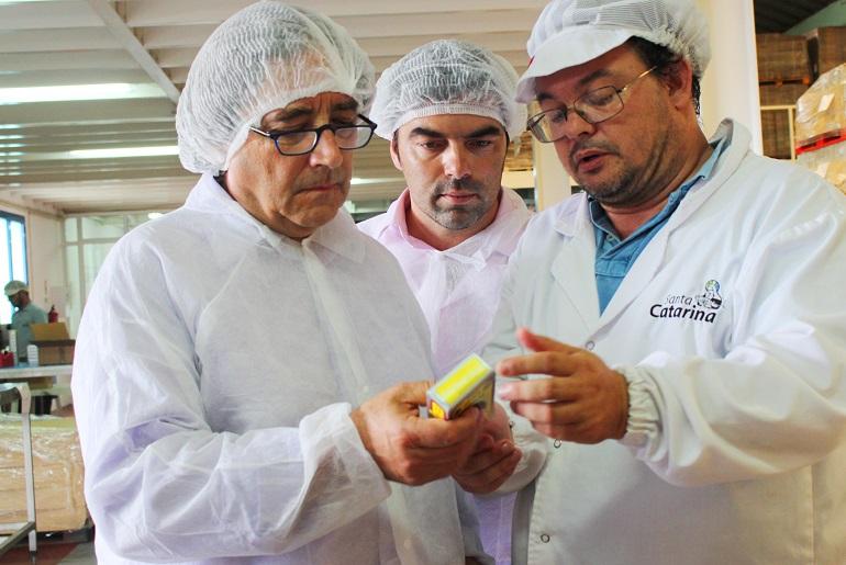 Ricardo Serrão Santos na visita à fábrica de conservas Santa Catarina, em S. Jorge (imagem infofajas)