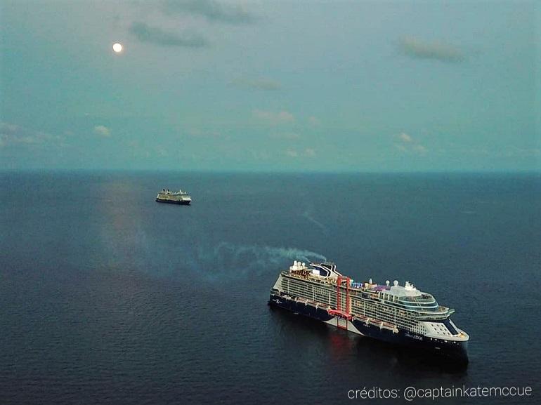 O moderno navio de cruzeiros CELEBRITY EDGE, fundeado na baía de Cococay, nas Bahamas (créditos na imagem)