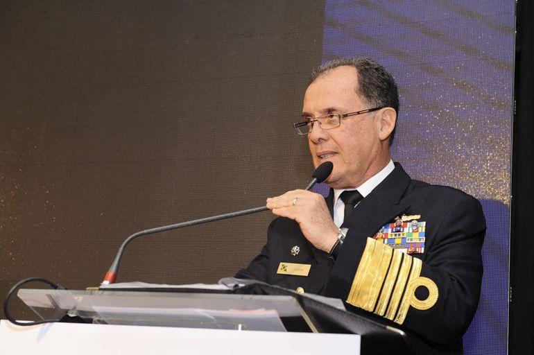 O Alm Esq Ilques Barbosa Junior, assina a Mensagem do Comandante da Marinha do Brasil