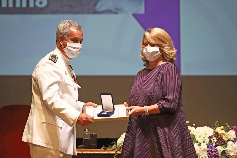 O almirante António Calado, Chefe do Estado-maior da Armada recebeu a Medalha de Prata da Cidade atribuída à Marinha Portuguesa.