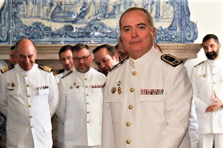 O Contra-almirante Ventura Soares e alguns dos seus oficiais no Instituto Hidrográfico (imagem MGP)