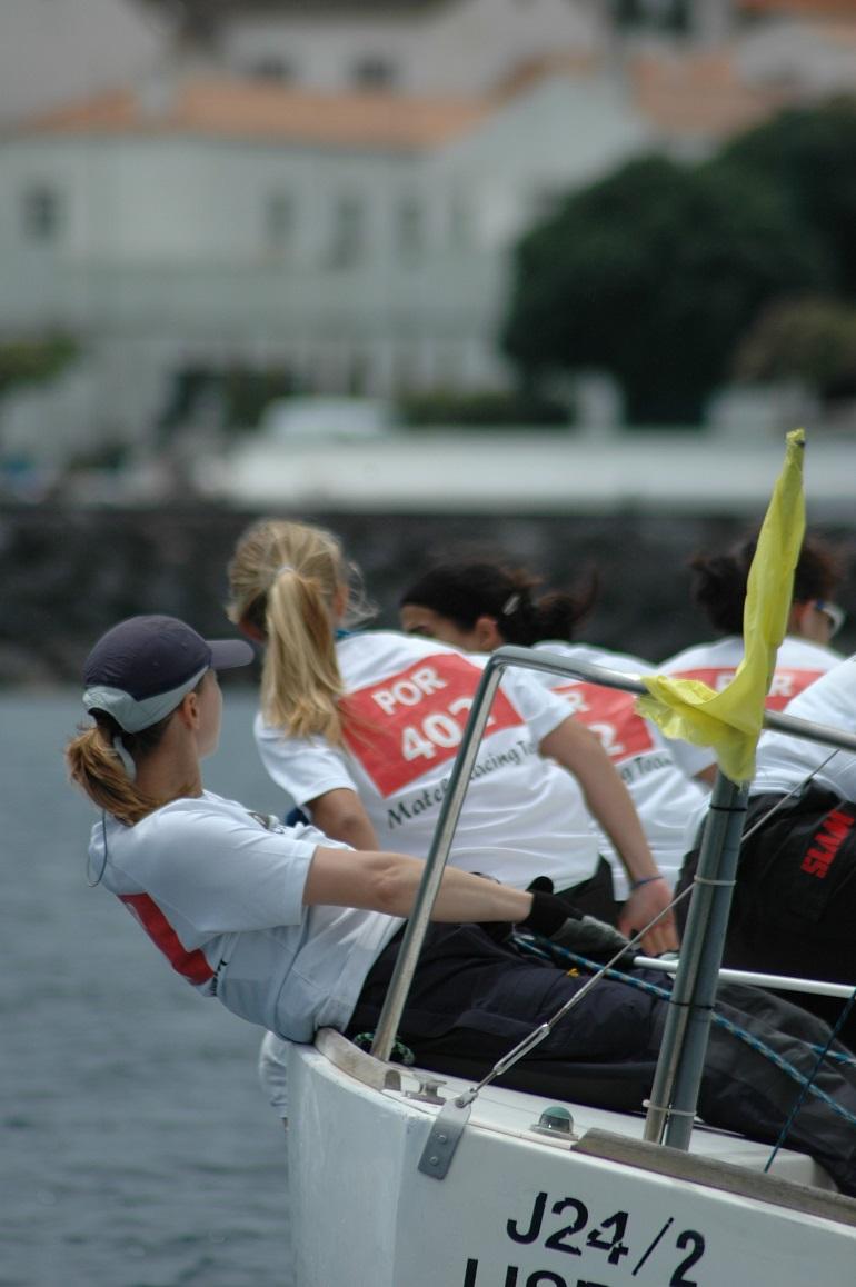 Equipa feminina em acção num J24, durante o Campeonato Regional frente à cidade da Horta, ilha do Faial, nos Açores, em 2008, (imagem A. Peters)