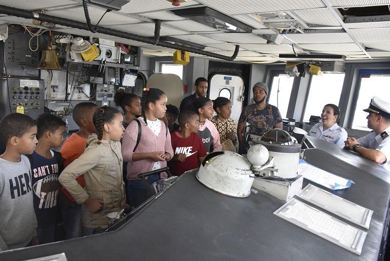 Crianças duma escola da cidade da Praia a bordo do navio norte-americano USCGC THETIS (imagem PO 2class Jonathan Lally)