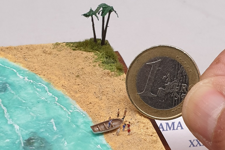 """Uma moeda de 1,00€ dá-nos uma boa ideia da escala presente no diorama """"Far side of the World"""" (imagem João Gonçalves)"""