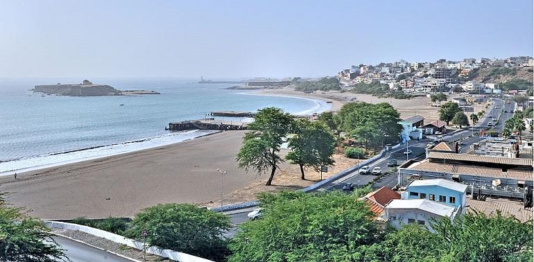 A marginal da cidade da Praia, capital de Cabo Verde (imagem Cayambe, Wikimedia)