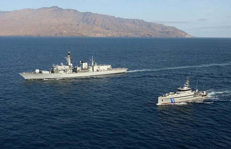 A Guarda Costeira de Cabo Verde treina regularmente com as marinhas da NATO. Aqui o NP GUARDIÃO navegando em companhia da fragata britânica HMS ARGYLL, em março de 2013 (imagem Royal Navy)