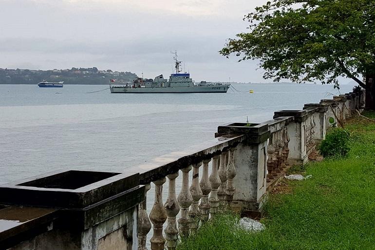 O NRP ZAIRE fundeado na baía de Ana Chaves. O navio patrulha português tem como missão realizar ações conjuntas de vigilância e fiscalização, e capacitar a Guarda Costeira de São Tomé e Príncipe para o exercício da autoridade do Estado no mar. Encontra-se estacionado naquele país desde janeiro de 2018, no quadro do Acordo Bilateral de Cooperação no Domínio da Defesa entre Portugal e STP, e dos Estatutos da CPLP. (imagem António Castro)