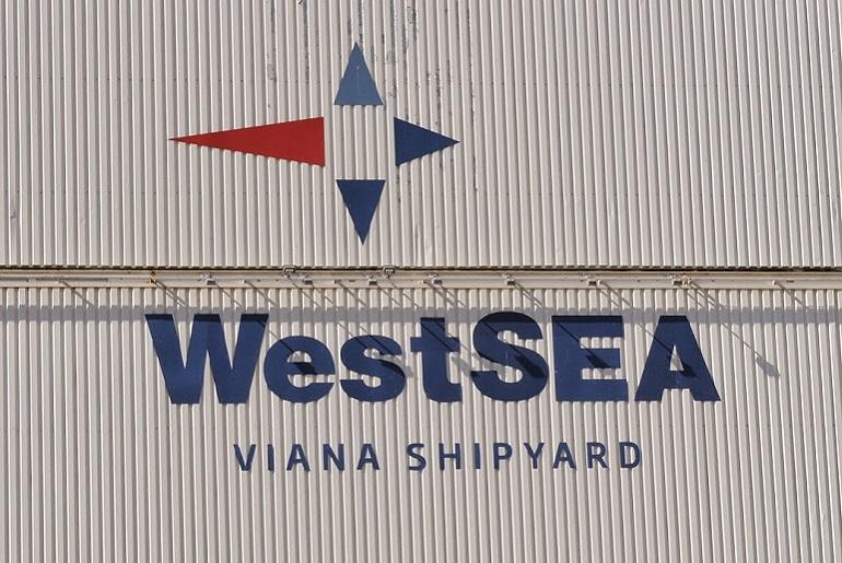 O logo da WestSEA decorando um dos edifícios do estaleiro (pormenor duma imagem de Luís Miguel Correia)