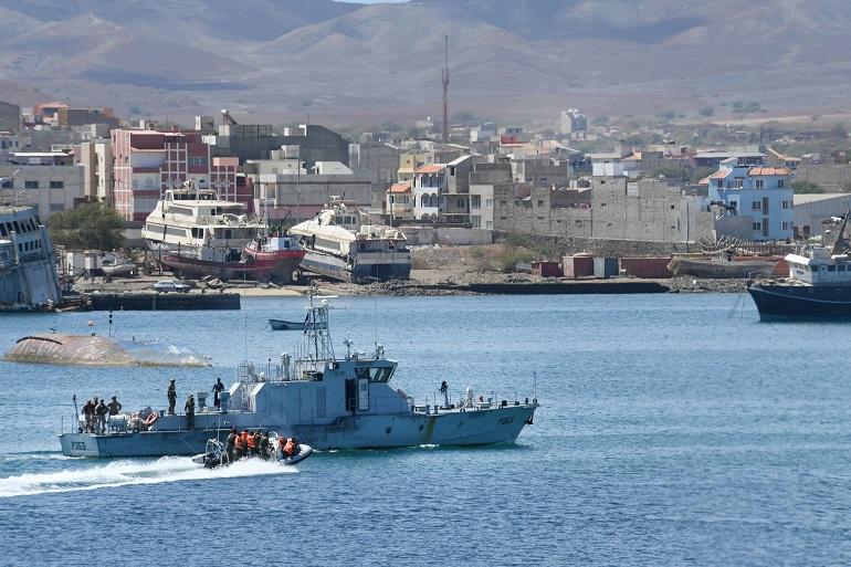 O navio patrulha P263 BADEJO, em exercícios com forças norte-americanas, portuguesas e espanholas, na baía do Mindelo (imagem MCC Travis Simmon USNavy)