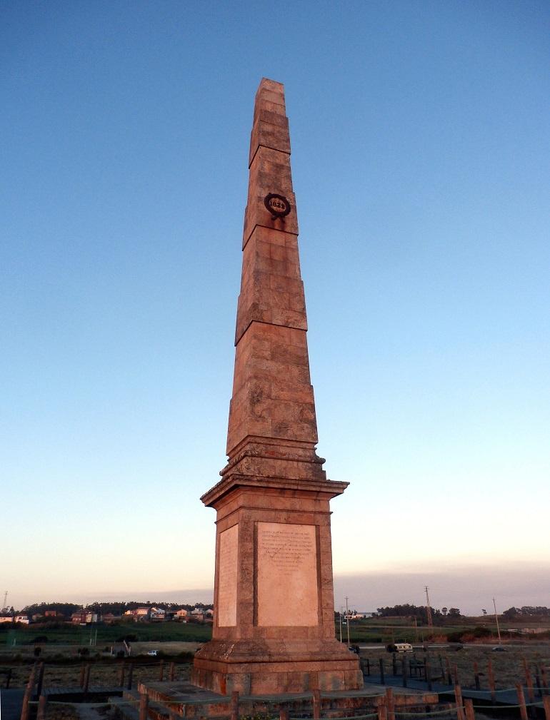 Obelisco Memória do Mindelo, situado na praia com o mesmo nome, sensivelmente a meia distância entre as barras de Leixões e Vila do Conde (imagem Reinaldo Delgado)