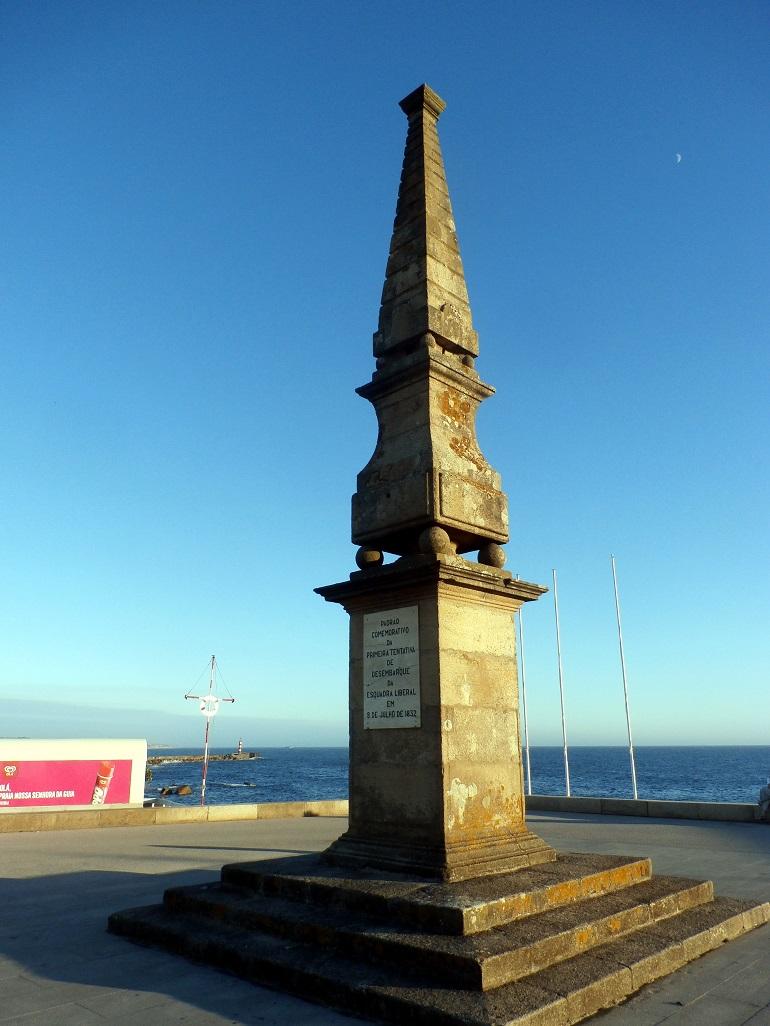 Obelisco relativo à Memória de Vila do Conde, situado muito próximo da barra do rio Ave. Foi aí que se deu a Belfastada (imagem Reinaldo Delgado)